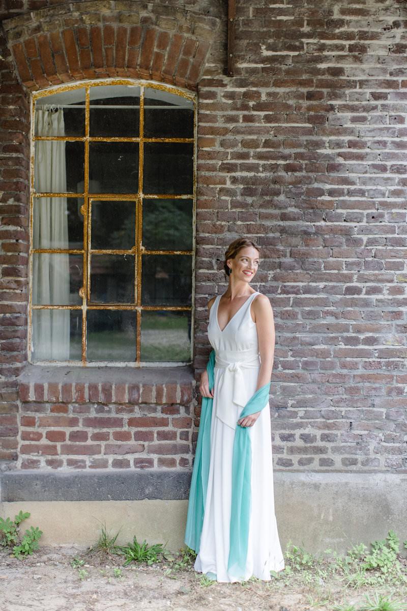 Hanna Witte 32-Faltenrock-Seidenkleid-schlichtes Brautkleid-spitzer Rückenausschnitt