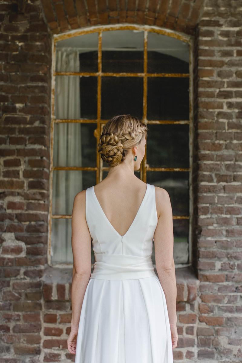 Hanna Witte 33-spitzer Rückenausschnitt-tiefer Rücken-Seidenkleid-schlichtes Brautkleid-Claudia Heller