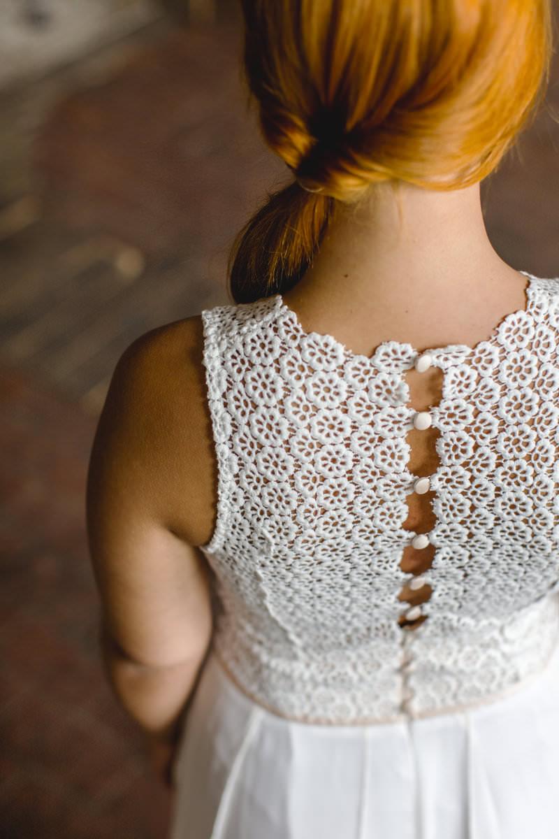 Hanna Witte 59-Leyla-Claudia Heller-Chiffonrock-Spitze-Spitzenoberteil-Boho-Vintage-romantisches BRautkleid-farbige Akzente-Knöpfe-geschlossener Rücken