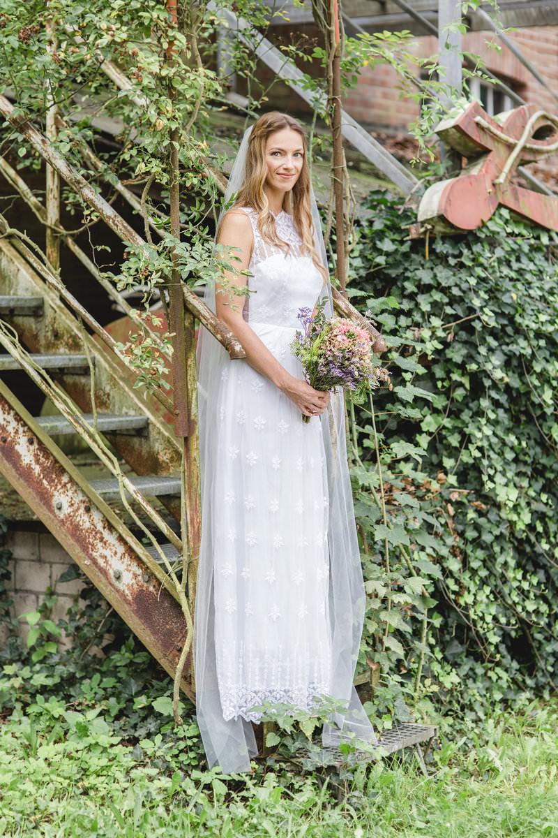 Hanna Witte1-Brautkleid-bestickter Tüll-Spitze-langer Schleier-romantisches Brautkleid