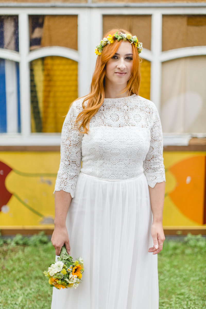 Hanna Witte27_1-Boho-Bohobrautkleid-rote Haare-Häckelspitze-rückenfrei-Brautkleid-romatisch-Gartenhochzeit-Strandhochzeit