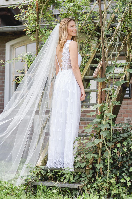 Brautkleid mit geometrischer Spitze in Köln