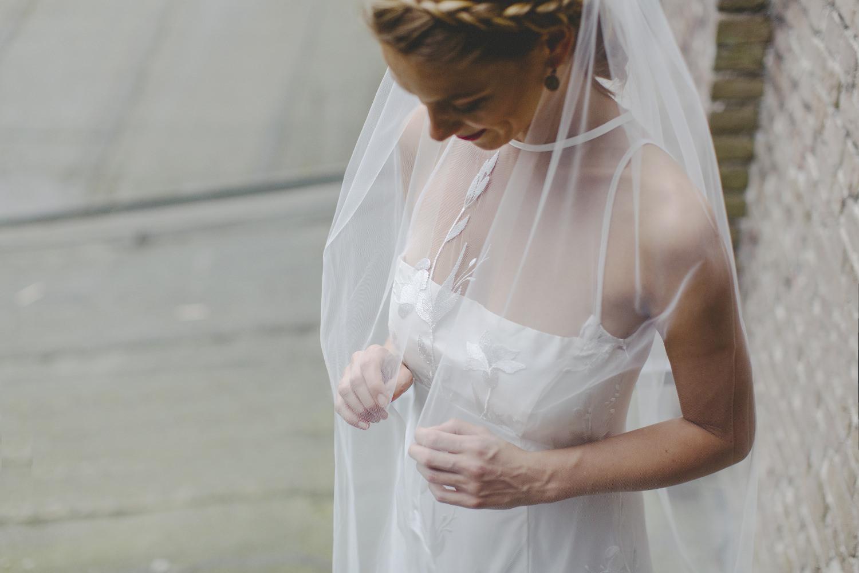 Modernes Brautkleid mit schlichter, eleganter Spitze Köln