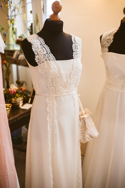 Schlichtes Hochzeitskleid mit Spitzenträgern