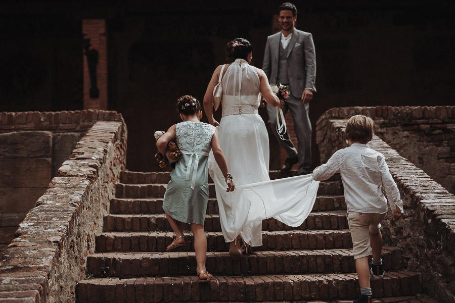 Grünes Kleid für Kind auf Hochzeit