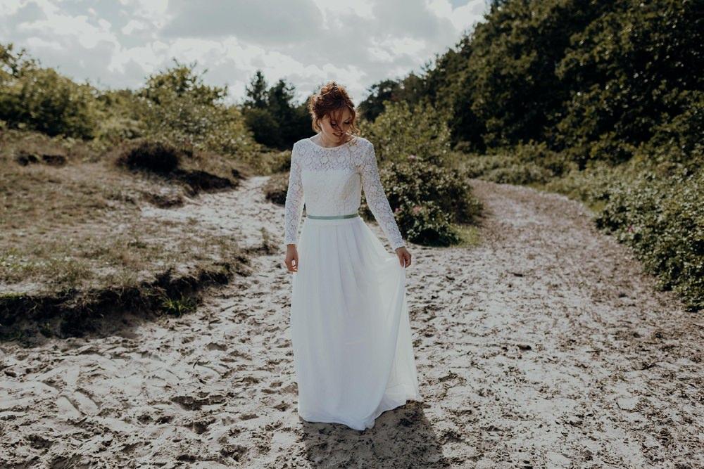 Hochzeitskleid Strandhochzeit mit Ärmeln aus Spitze l von Claudia Heller Modedesign