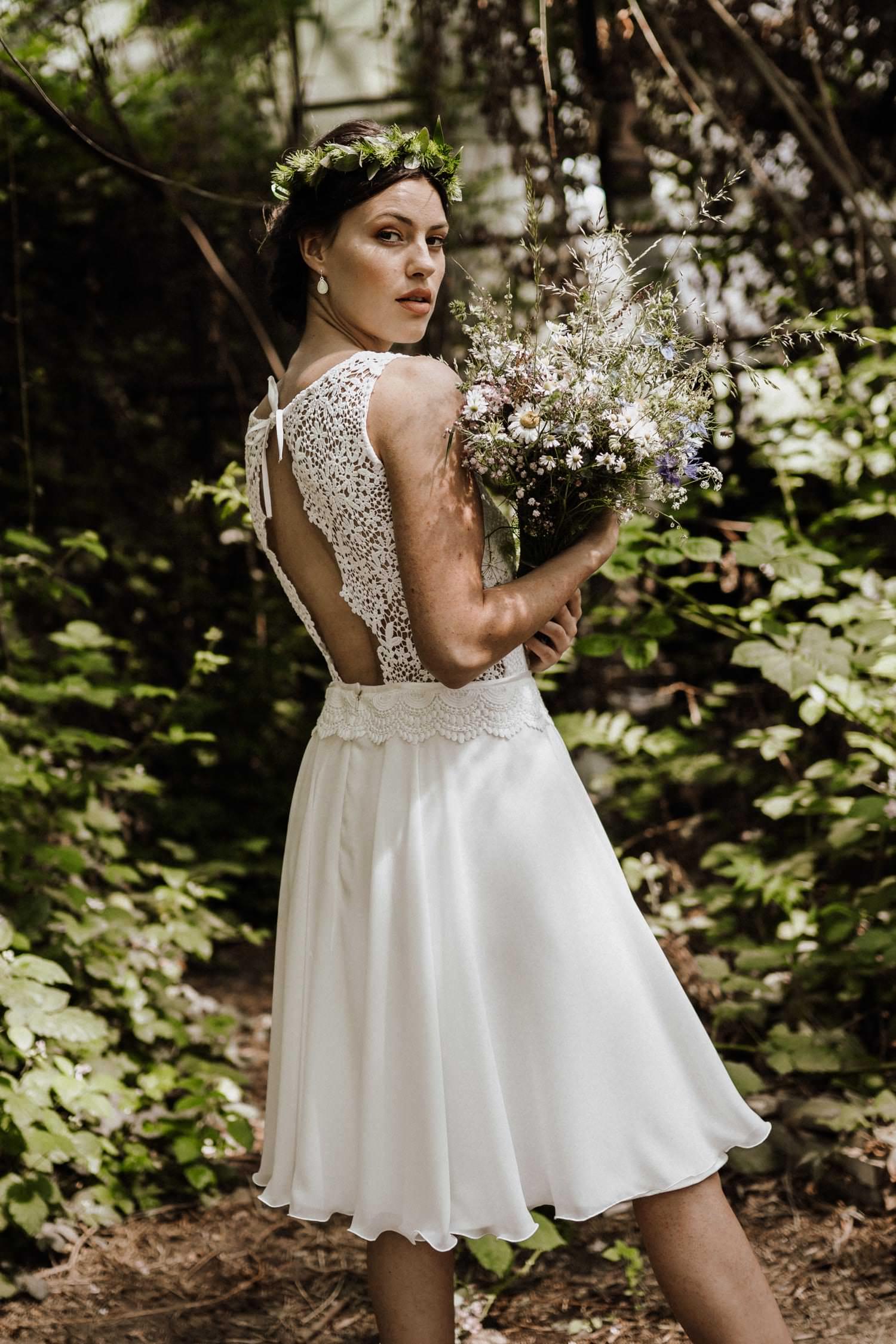Kurzes Brautkleid für das Standesamt, rückenfrei mit Spitze, von Claudia Heller
