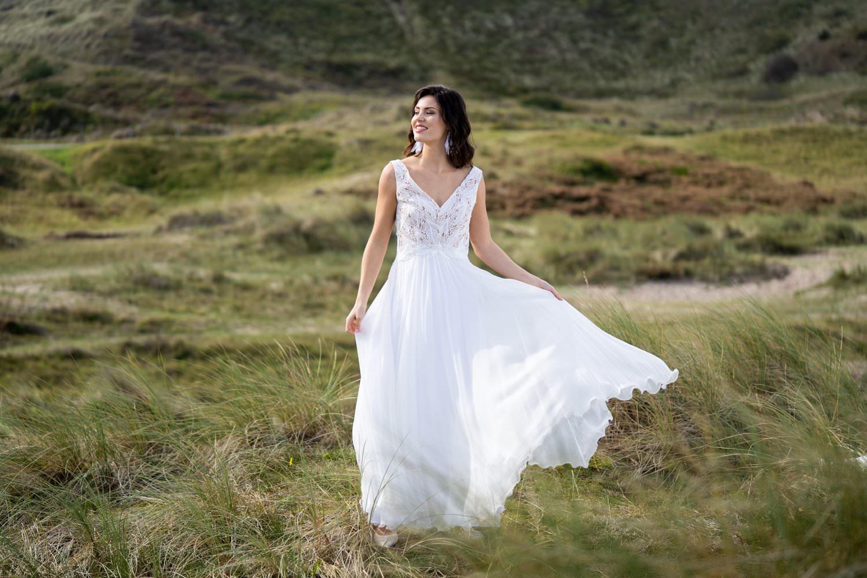 Langes Hochzeitskleid fließend mit Spitze