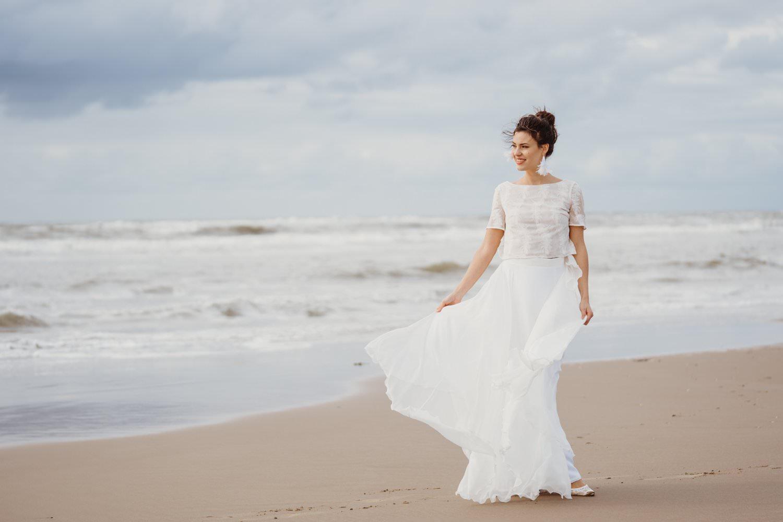Leichtes, langes Hochzeitskleid für eine Strandhochzeit