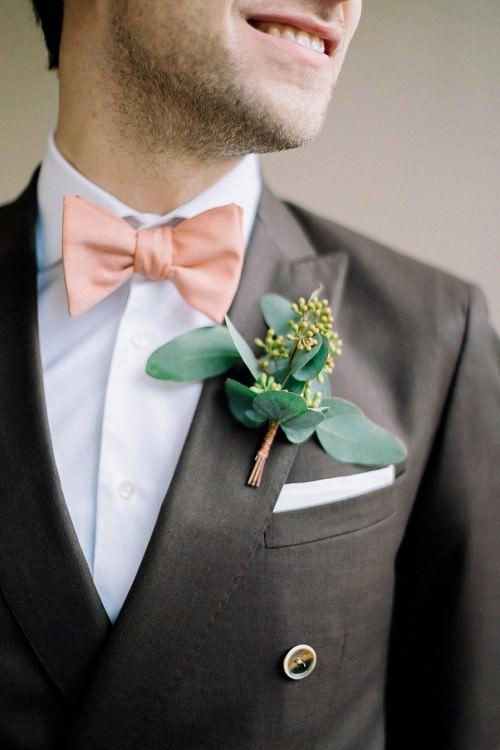 Bräutigam-Anzug in Braun mit Fliege in Lachs