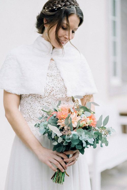 Brautkleid Winter Hochzeit mit weißem Cape aus Kunstpelz von Claudia Heller