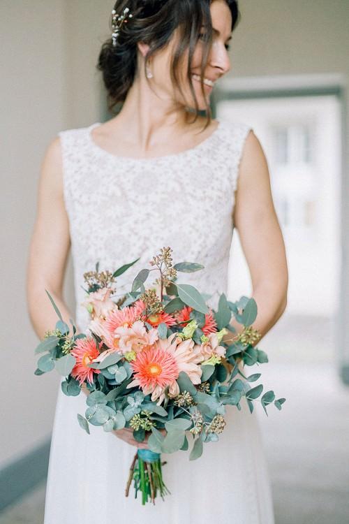 Brautstrauß mit Eukalyptus und Gerbera in Koralle