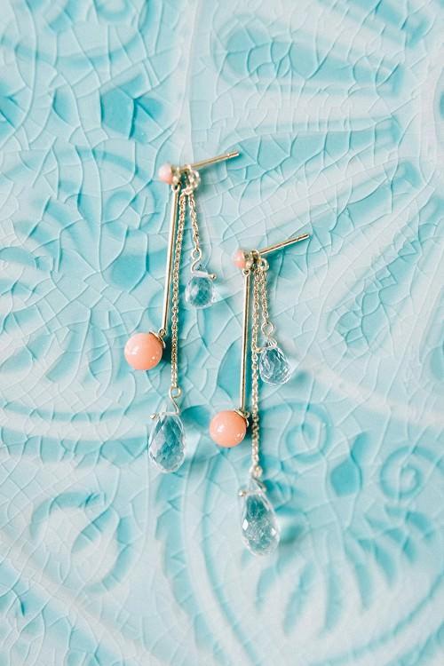 Lange Ohrringe für die Hochzeit mit Perlen aus Koralle