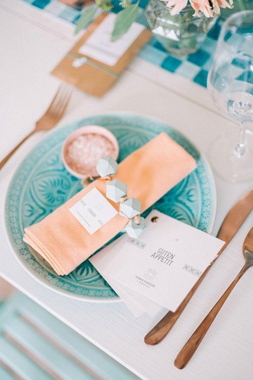 Hochzeit Servietten lachsfarben mit Tellern in Türkis