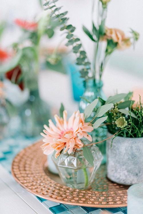 Hochzeitsblumen Tisch: Kleine Vasen und einzelne Blüten