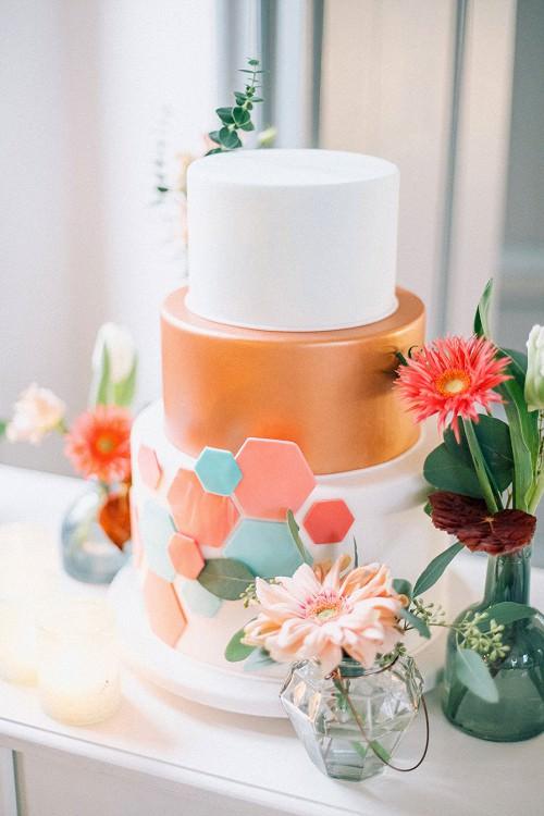 Moderne Hochzeitstorte in Kupfer und Weiß mit geometrischer Verzierung