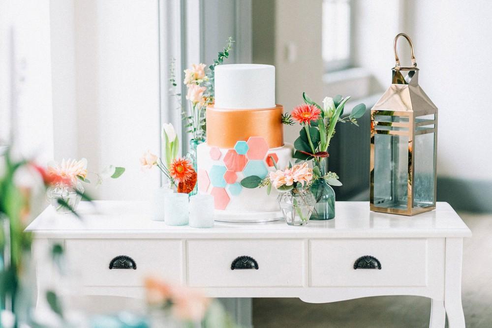 Hochzeitstorte auf weißem Tisch