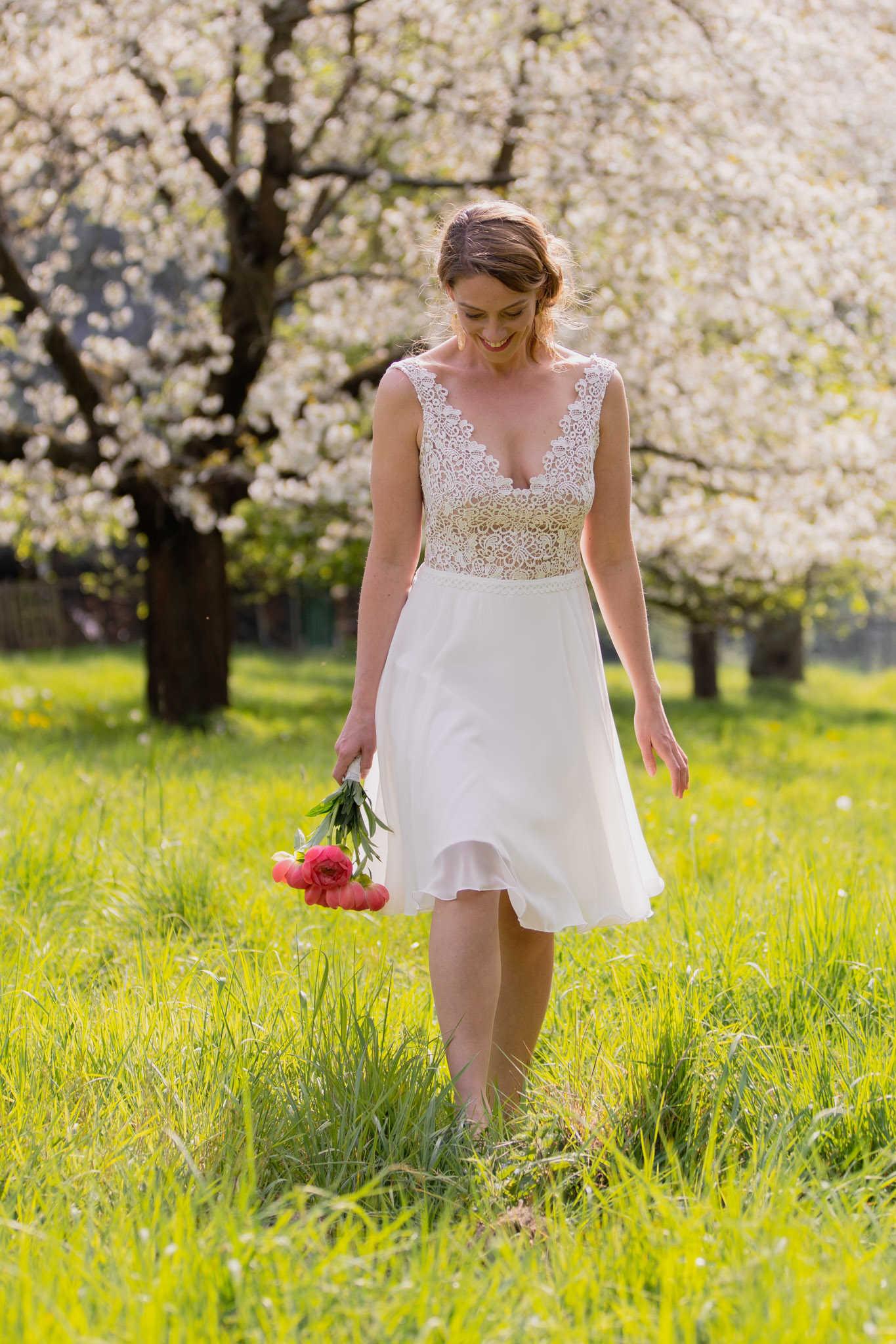 Kurzes Brautkleid mit Spitze und Chiffon-Rock: April