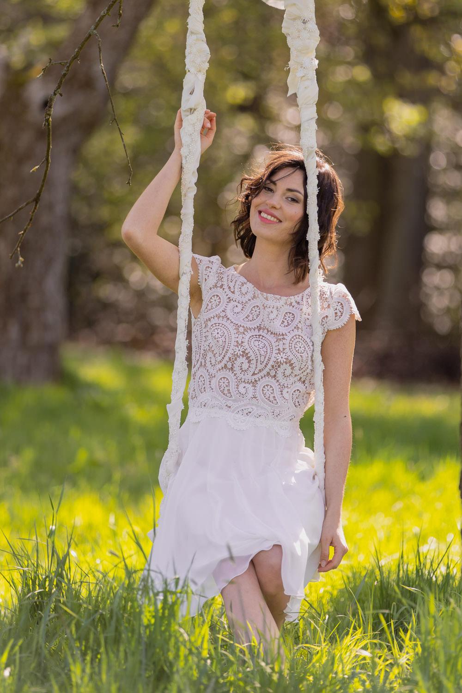 kurzes Brautkleid mit Ärmeln und Spitze