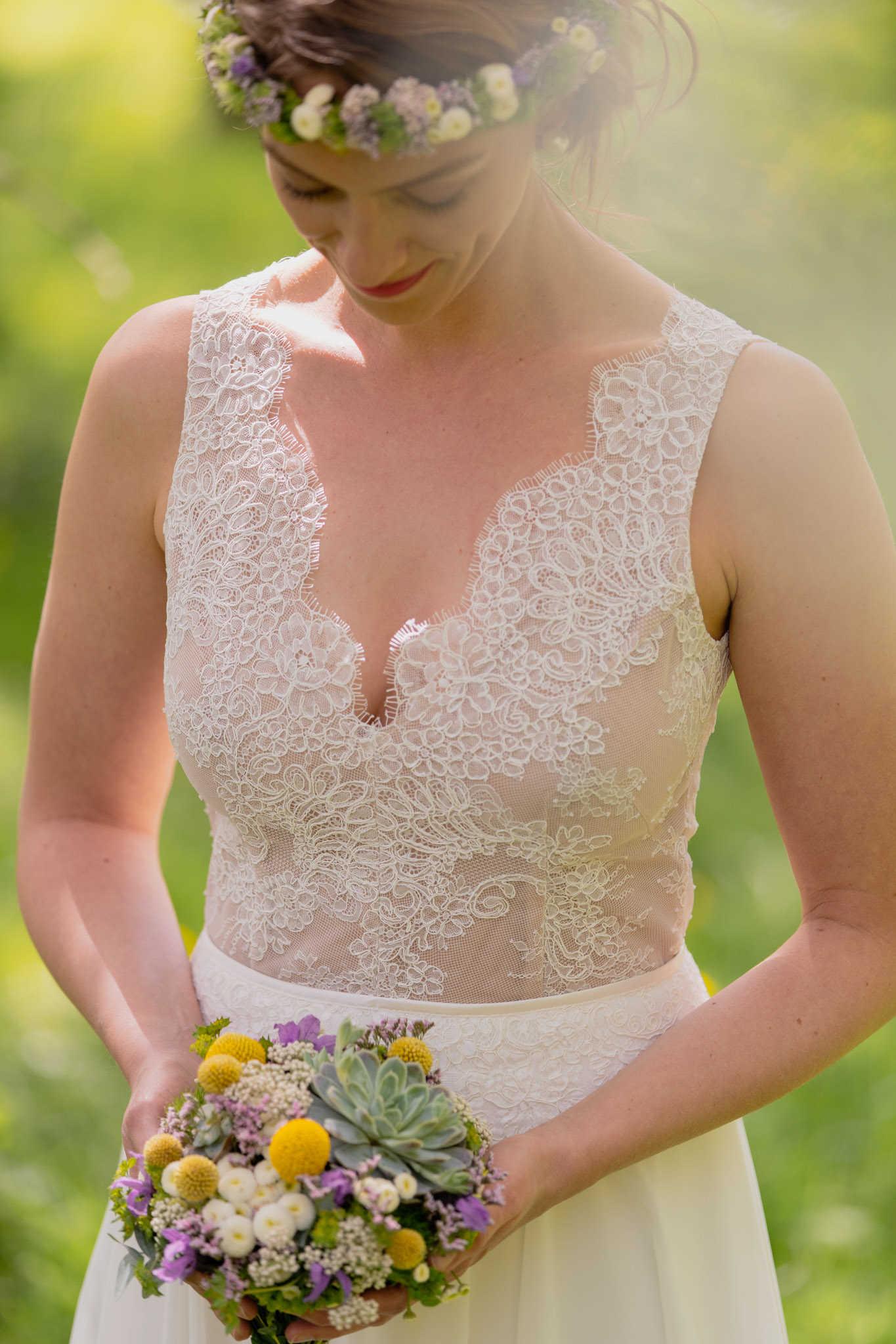 Kurzes Brautkleid im Vintage-Stil mit zauberhafter Spitze