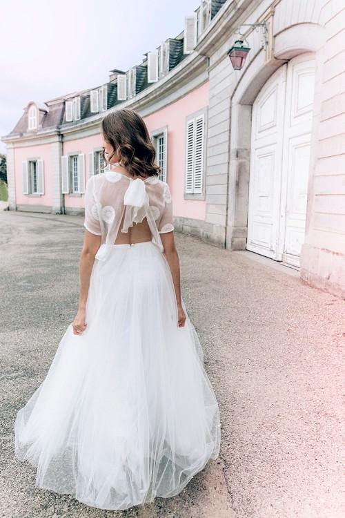 Leichtes Hochzeitskleid Azure mit Rückenausschnitt und fließendem Rock von Claudia Heller Brautmode Köln