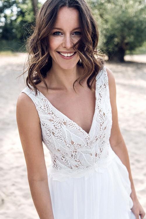 Leichtes Hochzeitskleid Coro mit V-Ausschnitt von Claudia Heller Brautmode Köln