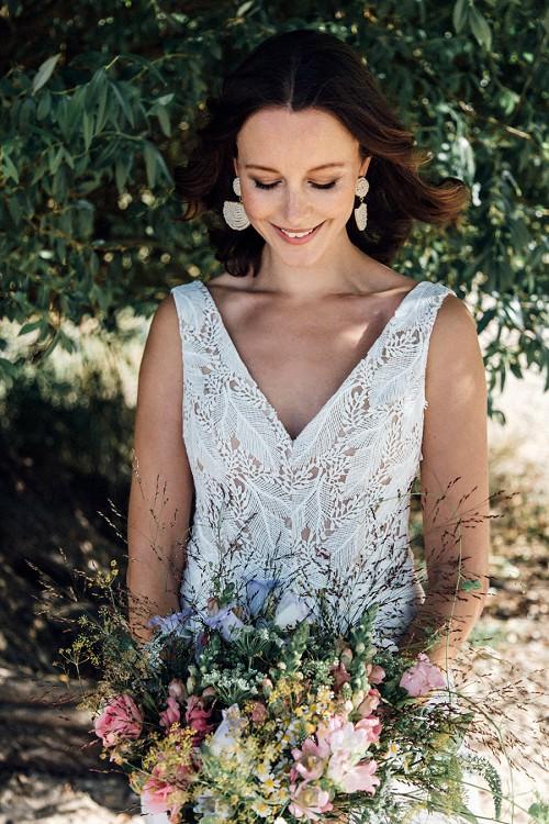 Leichtes Hochzeitskleid Coro mit spitzem Ausschnitt vorne von Claudia Heller Brautmode Köln